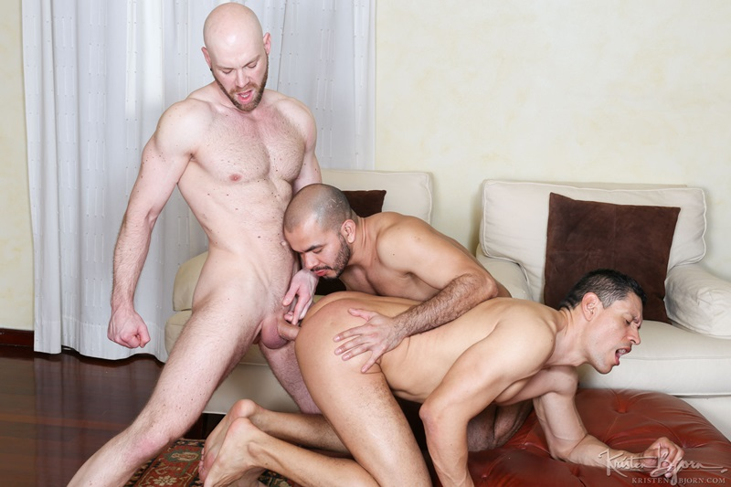 Threeway oral fun with hot muscular guys